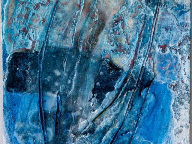 Innehalten blau 1: 30x40, Acryl, Gesteinsmehle, Pigmente, Bleistift, Kreide, Wachs, Papier auf HDF Platte