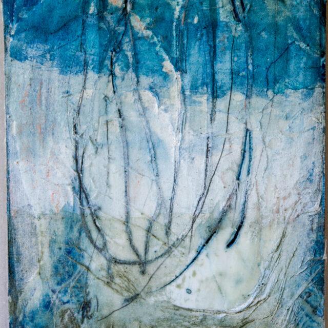 Innehalten blau 5: 30x40, Acryl, Gesteinsmehle, Pigmente, Bleistift, Kreide, Wachs, Papier auf HDF Platte