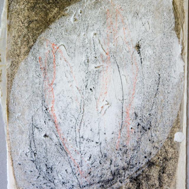 Innehalten grau 2: 24x30, Acryl, Gesteinsmehle, Pigmente, Kohle, Bleistift, Papier Buntstift auf Papier